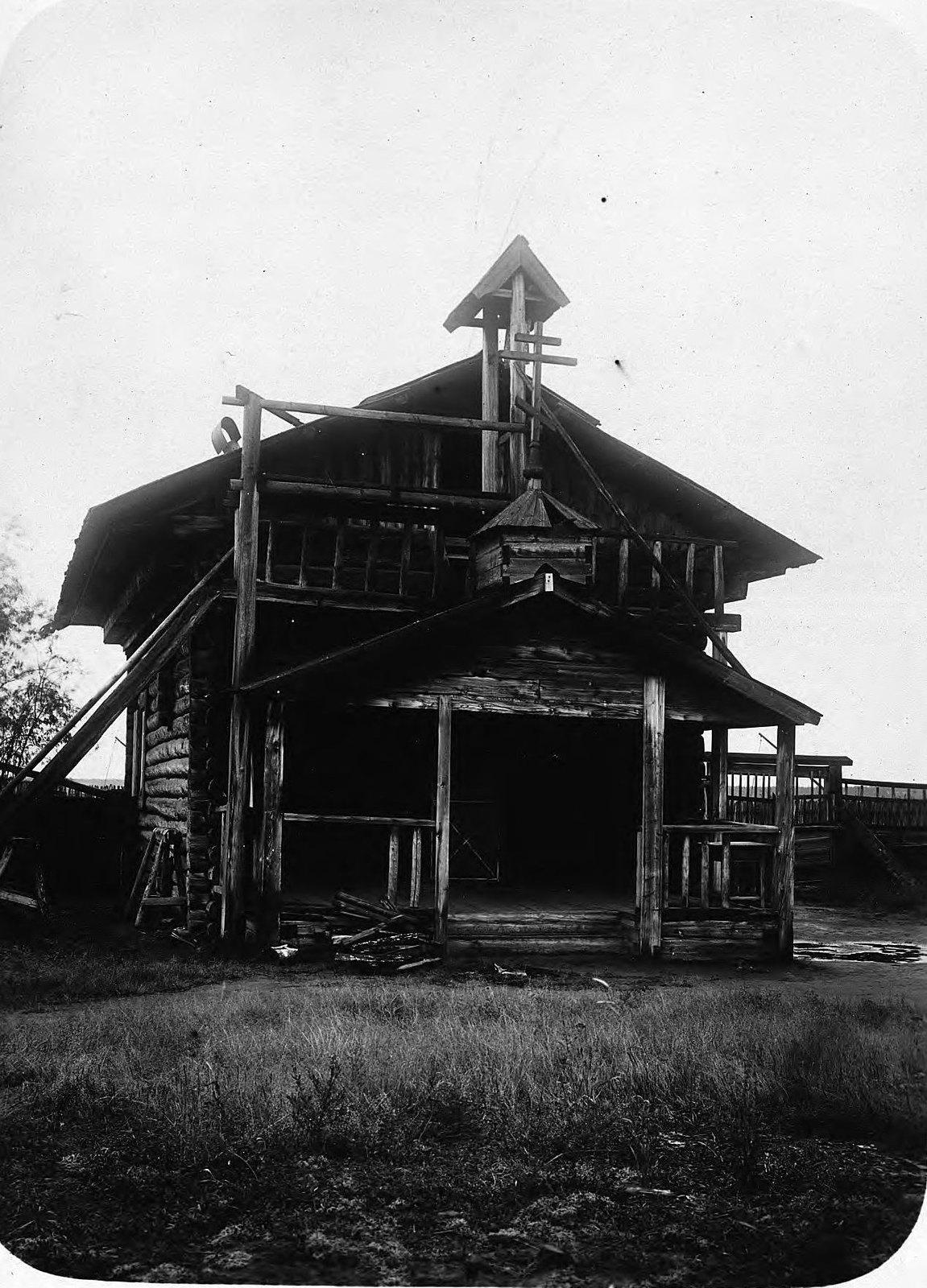 Полуразрушенная деревянная часовня