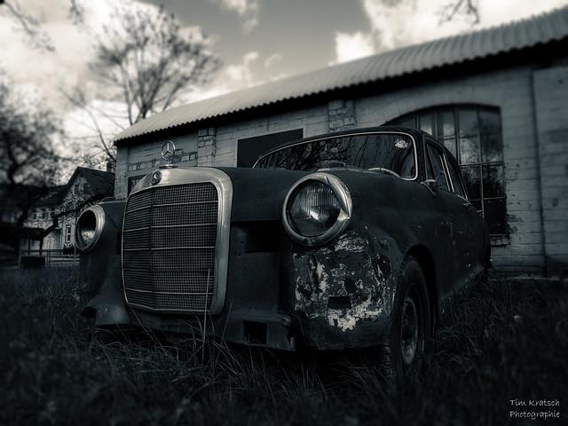 Der Mercedes an der Werkstatt