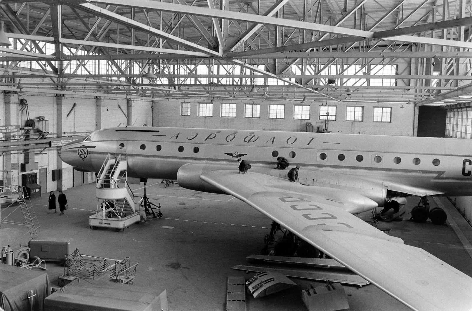 Техническое обслуживание самолета Ту-104 в ангаре аэропорта Внуково
