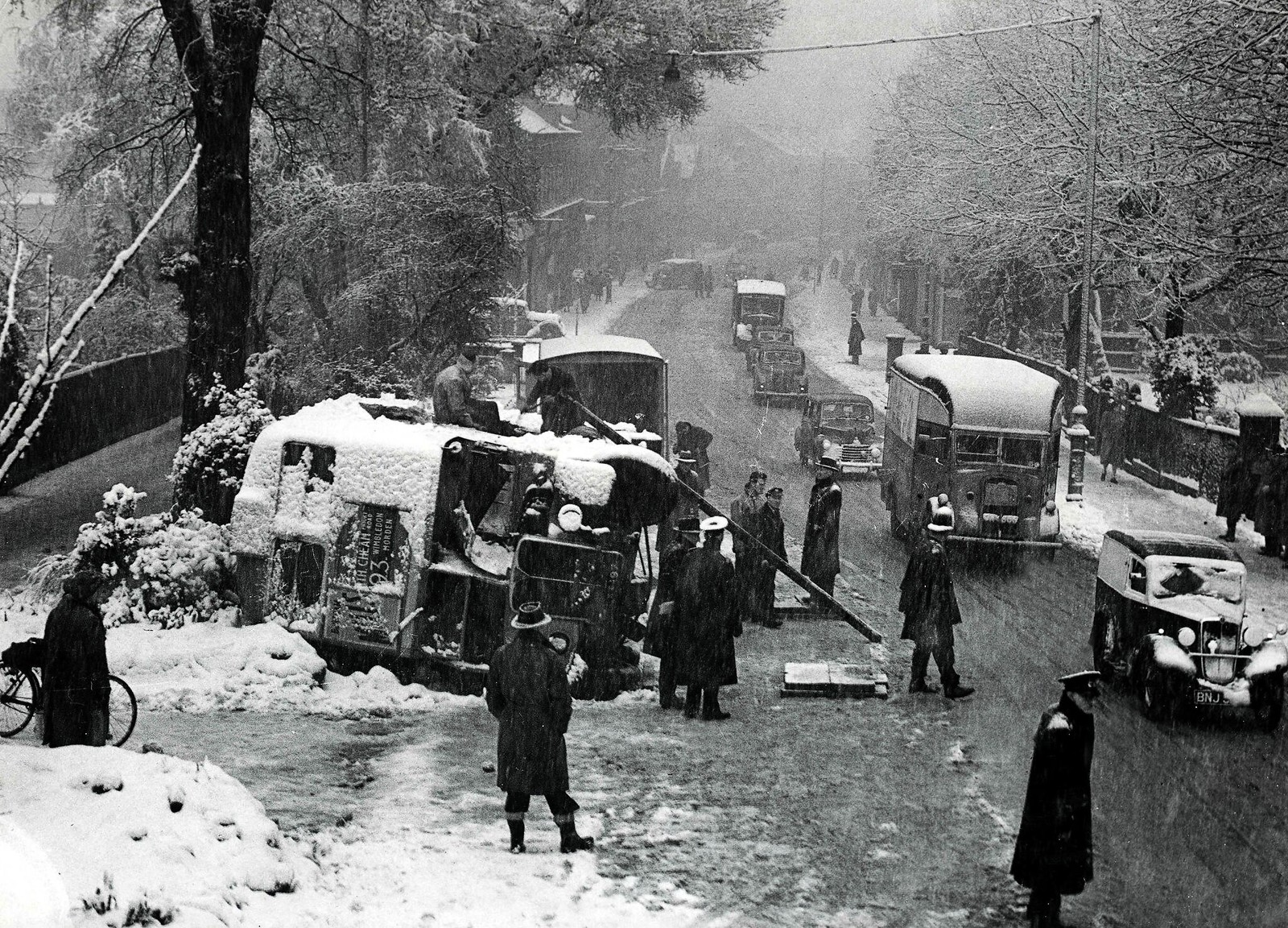 12. Автобус разбивается и переворачивается на снегу на одной из лондонских улиц