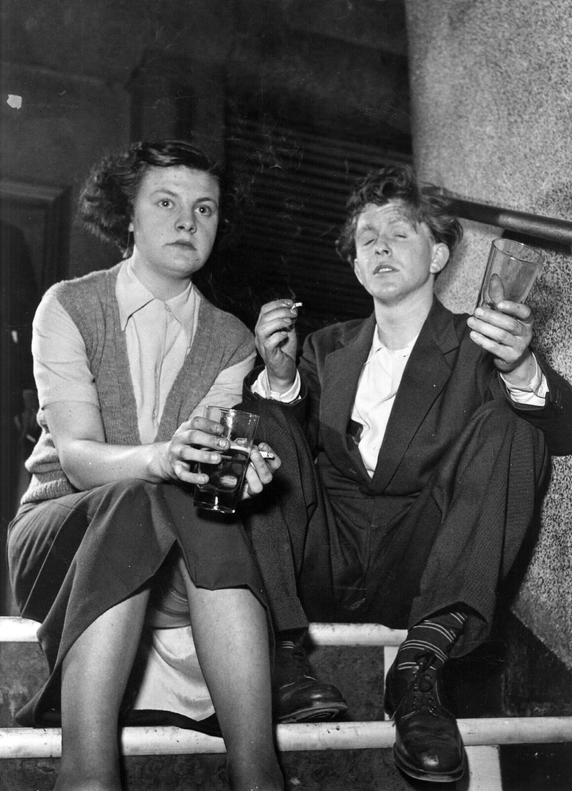 08. Молодая пара наслаждается джазом и выпивает в лондонском дворце Хаммерсмит