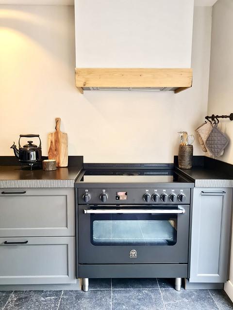 Grijze keuken landelijk zonder tegels houten ombouw schouw