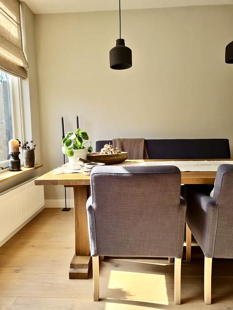 Eettafel kolompoot landelijk zwarte hanglampen houten schaal