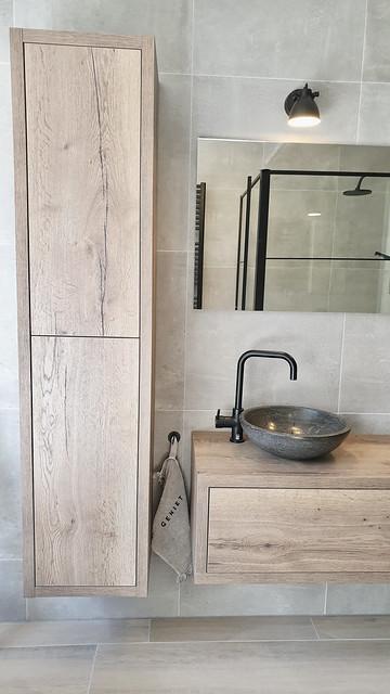 Houten badmeubel stenen waskom zwarte kraan landelijke badkamer