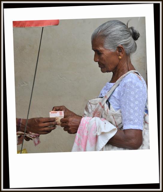 Pas de carte bleue en majorité au Sri Lanka et souvent les gens font des transactions dans la rue et dans les marchés avec des liasses de billets souvent consequentes sans faire trop attention . J'ai pris cette photo depuis le bus entre Kalpitiya et Kandy