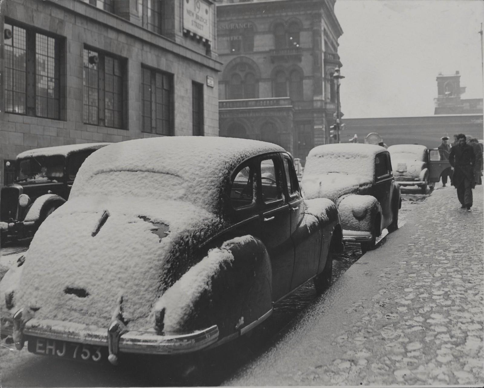 14. Лондон под снегом. Припаркованные автомобили покрыты снежным покрывалом, поскольку сегодня утром (понедельник) на лондонский Сити внезапно обрушился снегопад. На улице Кингскот (от улицы Тюдор)