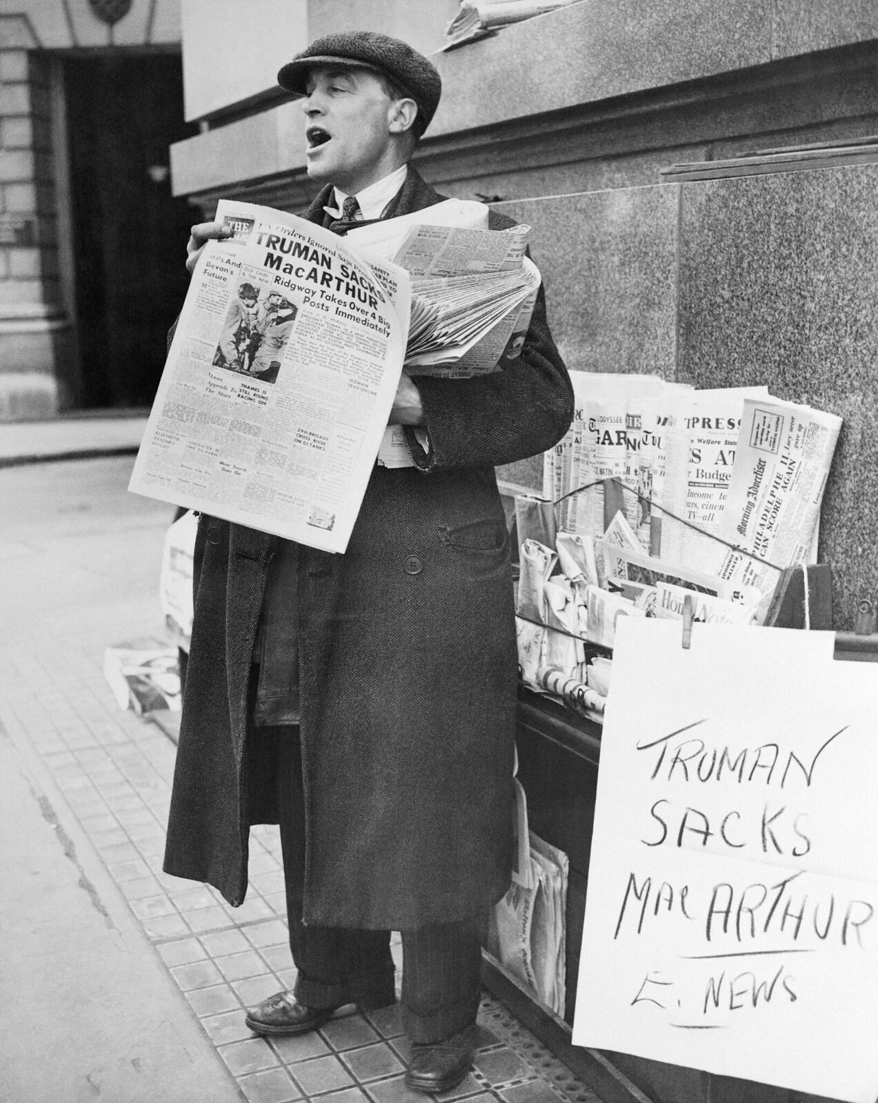 09. Продавец газет изображен с некоторыми из своих последних газет и выкрикивает громкий заголовок об отставке Макартура президентом Трумэном