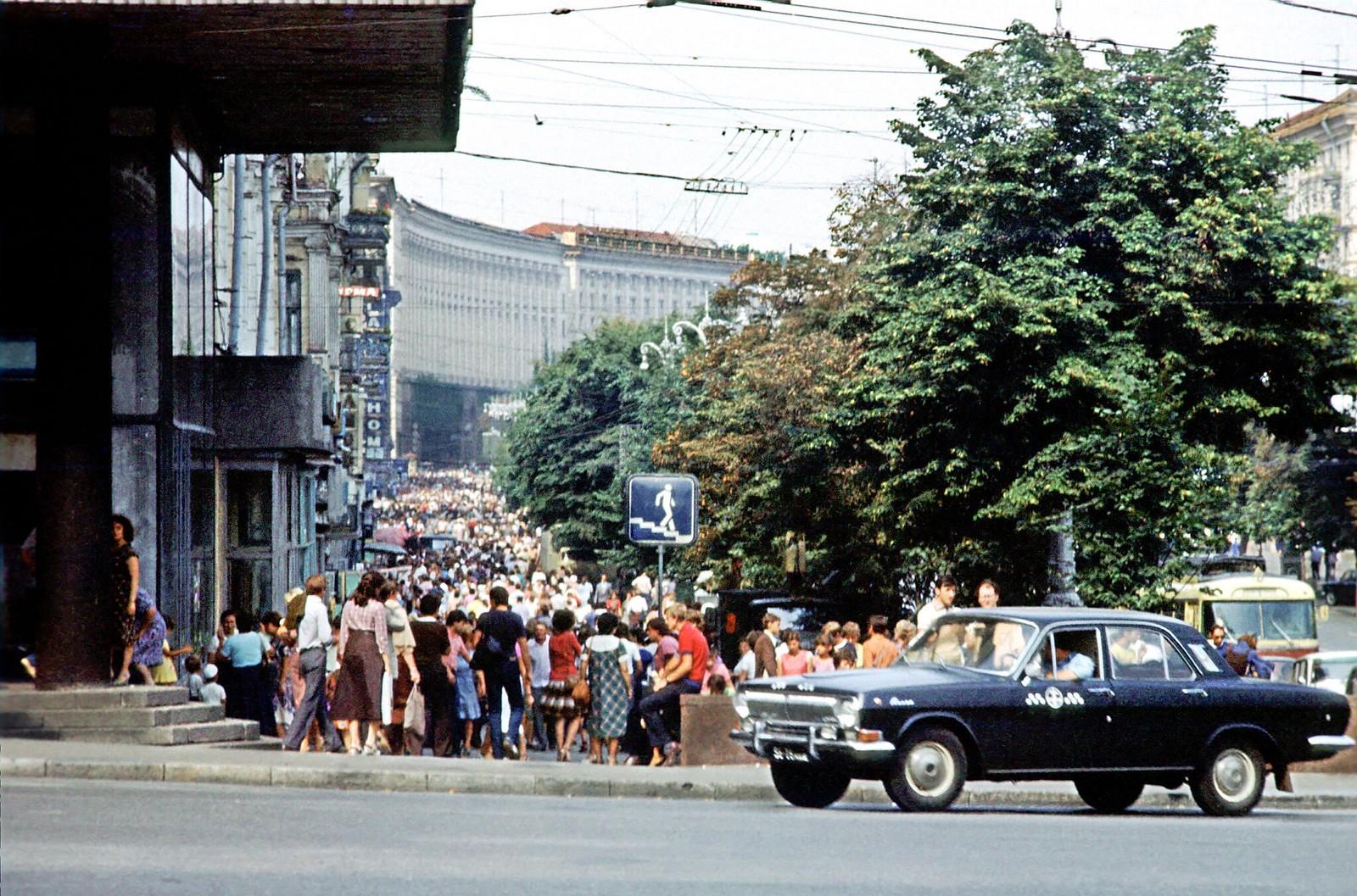 18. 1983. Толпа в центре Киева