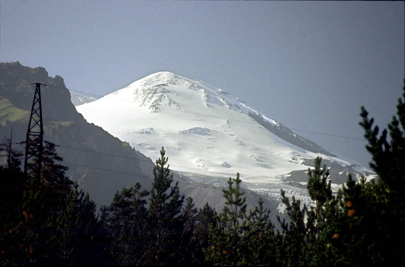 13. 1983. Покрытый облаками Эльбрус в горах Кавказа (2)