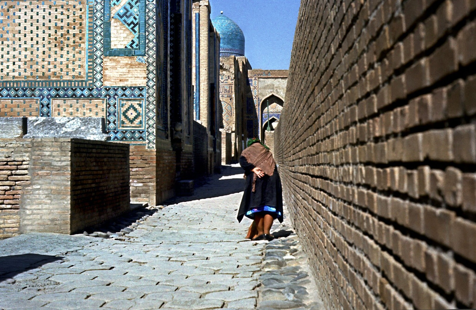 11. 1982. Пожилая женщина в переулках мемориального комплекса Шахи-Зинда. Самарканд