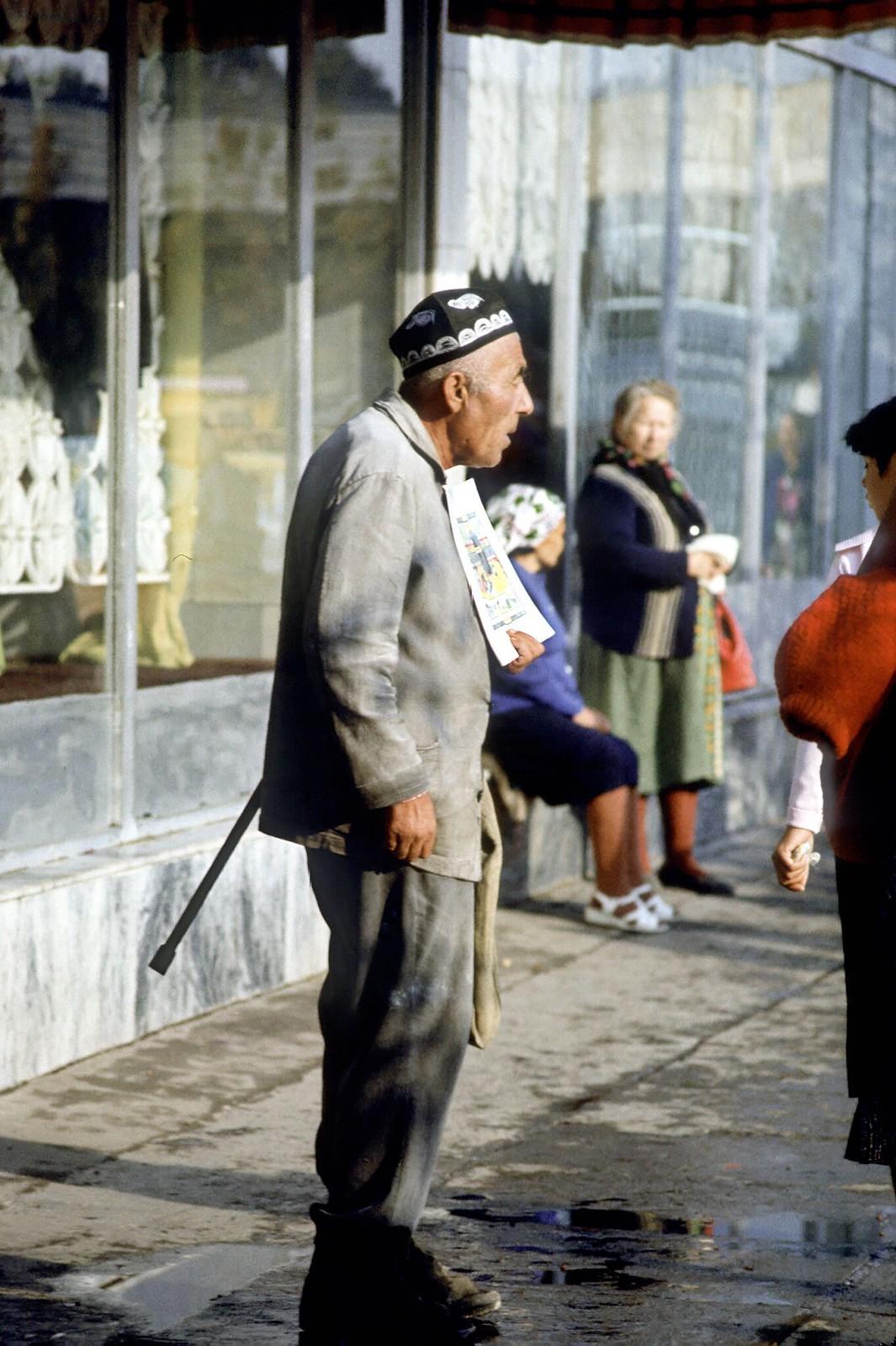 07. 1982. Старик рекламирует печатную продукцию в старом городе Ташкента