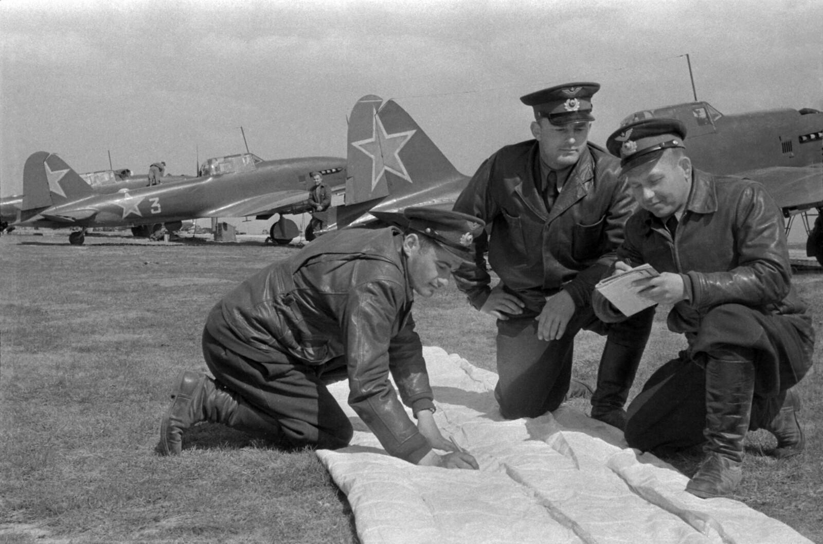 1950-е. Летчики-штурмовики ИЛ-2, Расчет пробоин в цели после воздушного «боя», Московский военный округ.