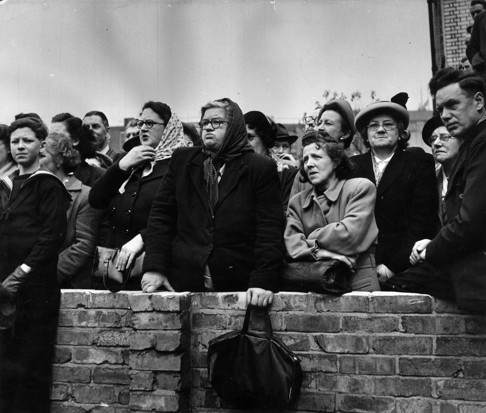07. Толпа, в основном состоящая из женщин, собирается посмотреть, как Королевская процессия Георга VI направляется к собору Святого Павла, чтобы объявить Фестиваль Британии открытым
