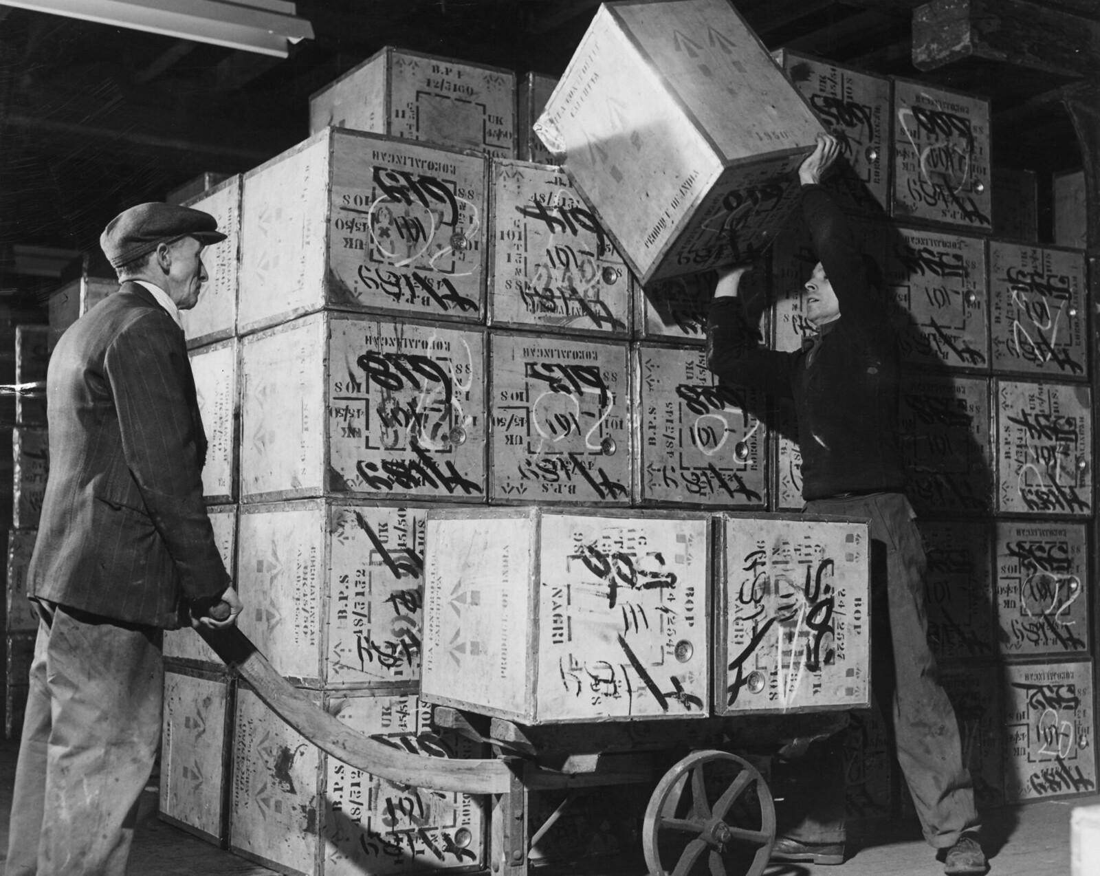 02. На складах Управления Лондонского порта загружают ящики с чаем в тачку