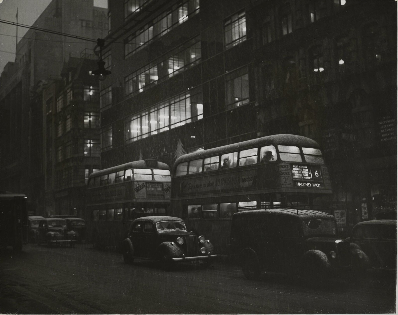 21. Темнота в полдень. Неприятная погода на Флит-стрит. Медленно движущиеся автобусы в «полуночных» условиях через Флит-стрит в сторону Ладгейт-серкус сегодня в полдень, когда чудовищное «затемнение» превращ