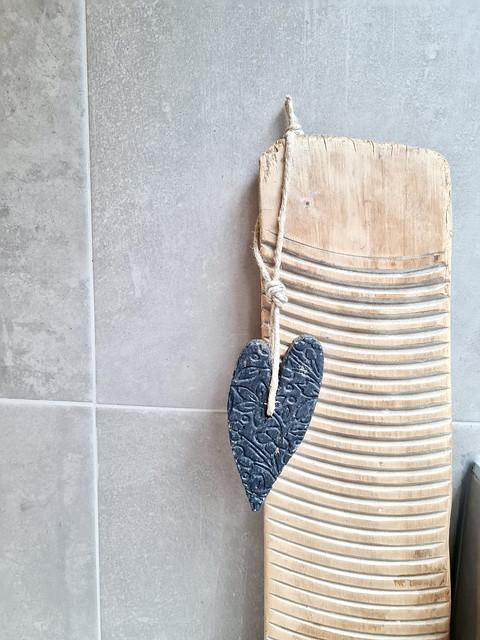 Oud houten wasbord zeep hart aan touw