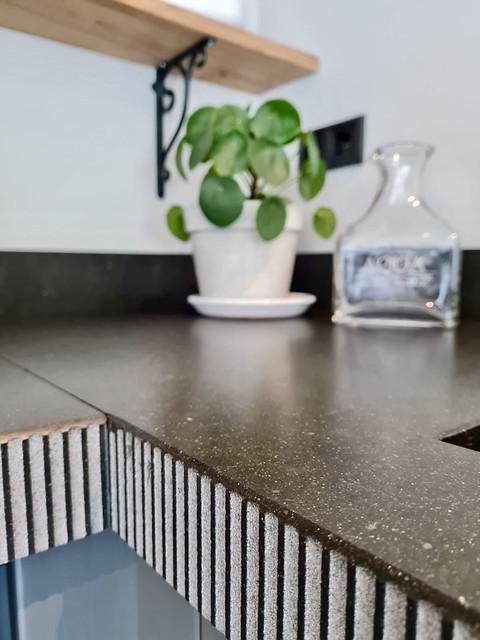 Stenen aanrechtblad grijze landelijke keuken
