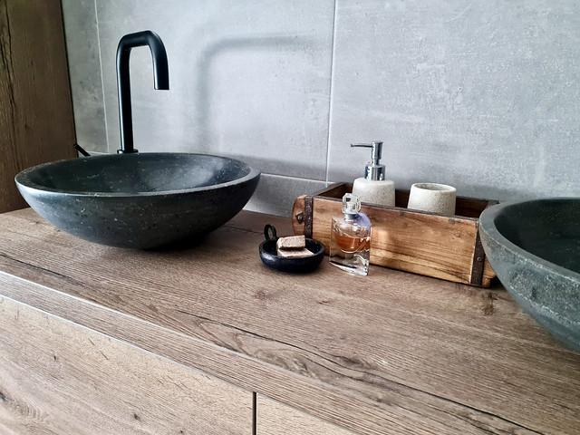 Houten badmeubel natuurstenen waskom met zwarte kraan steenmal met handzeep zeepschaaltje