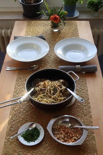 Pasta mit Sardinen, Brotbröseln und Kapern (Tischbild)