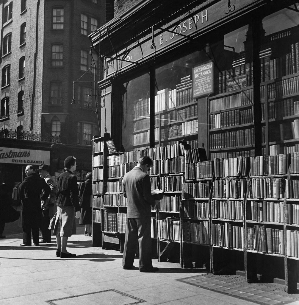 04. Покупатель просматривает одну из книг, выставленных на полке возле магазина на Чаринг-Кросс-роуд