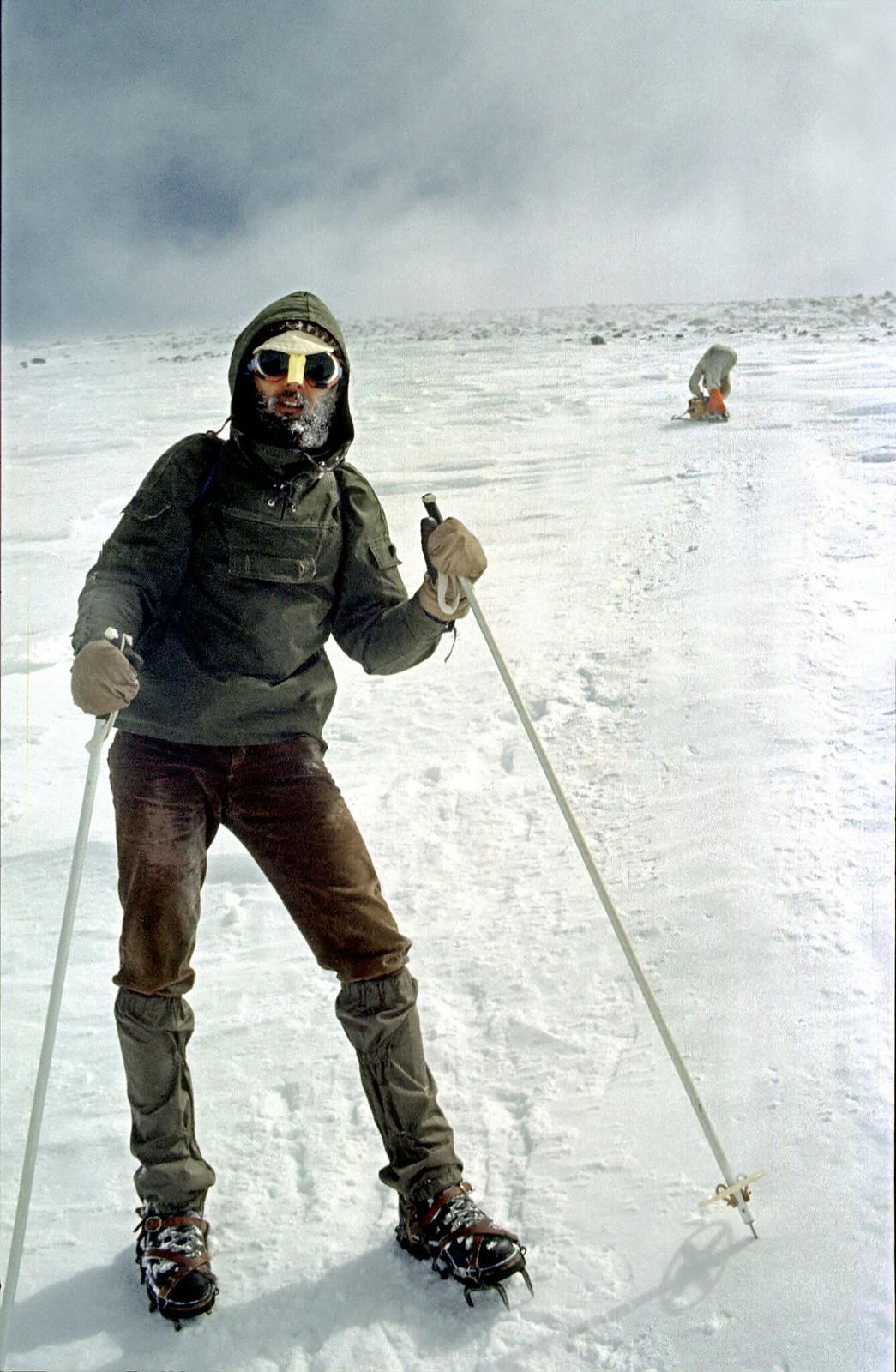 15. 1983. Студент во время восхождения на Эльбрус должен защитить себя от повышенной радиации с помощью очков и наносника