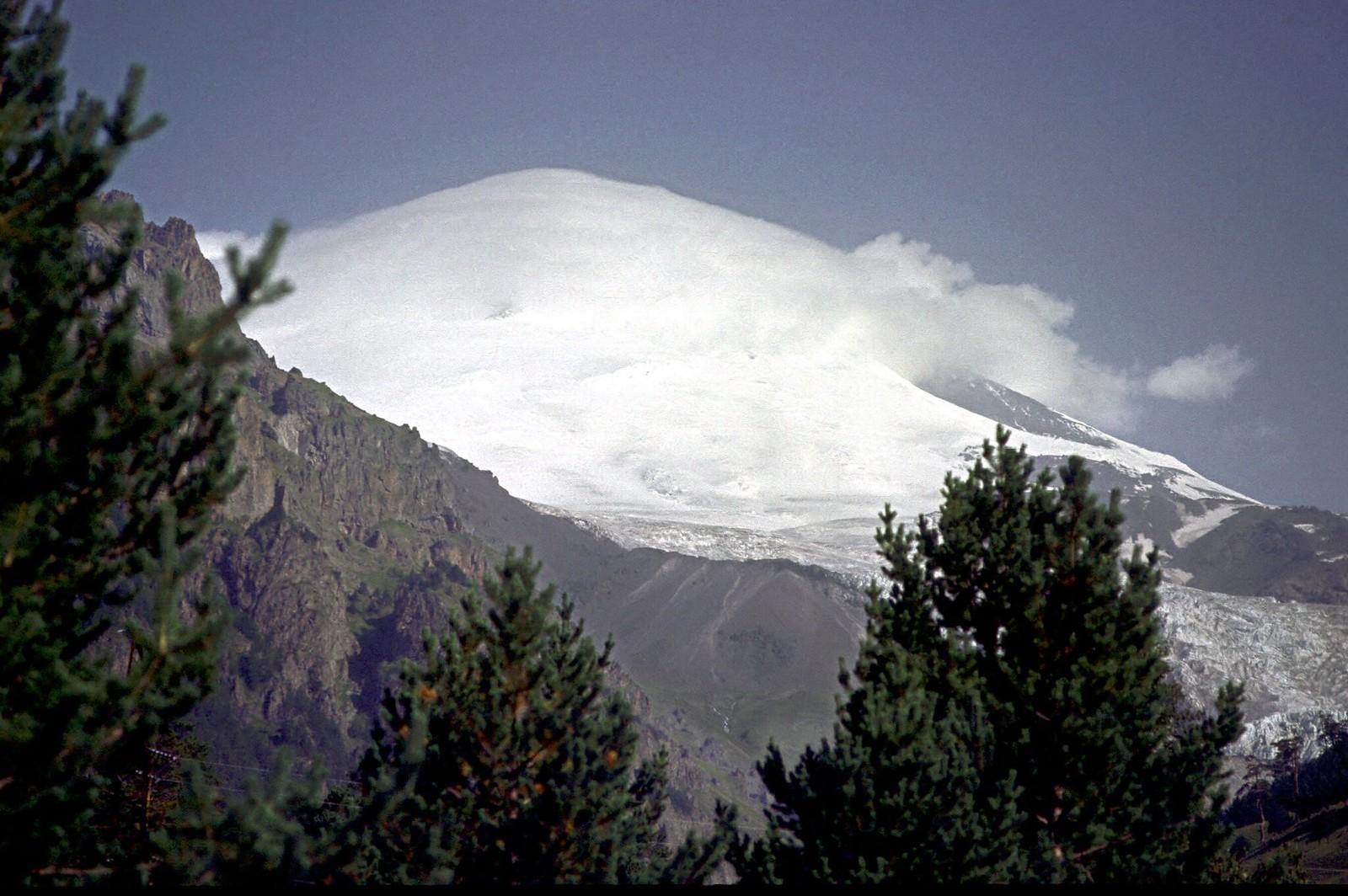 12. 1983. Покрытый облаками Эльбрус в горах Кавказа