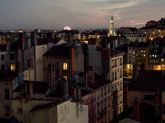 Les toits de Lyon au crépuscule depuis la place Rouville.
