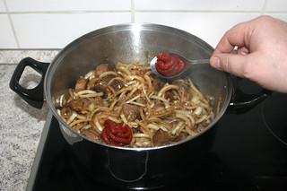 14 - Put tomato puree in pot / Tomatenmark in Topf geben
