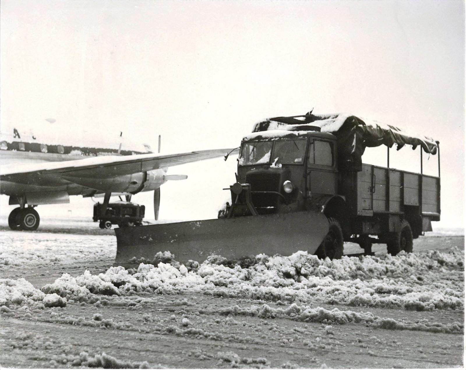 20. Расчистка снега в лондонском аэропорту.