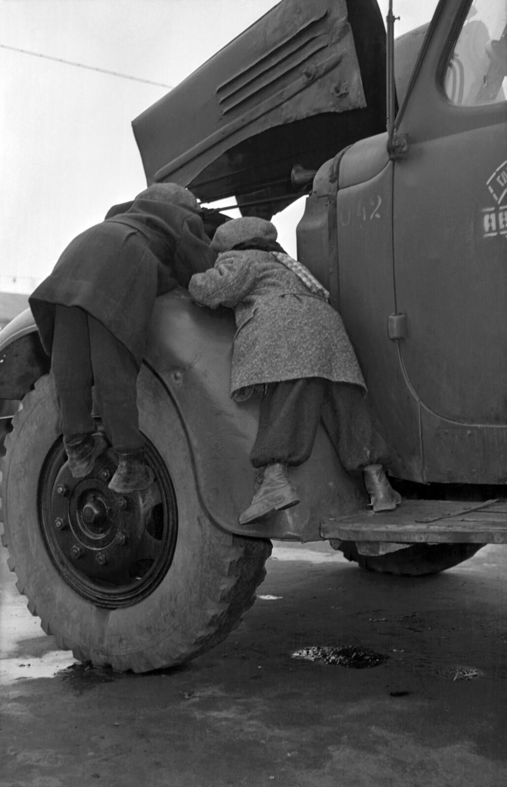 1956. Дети интересуются устройством автомобиля