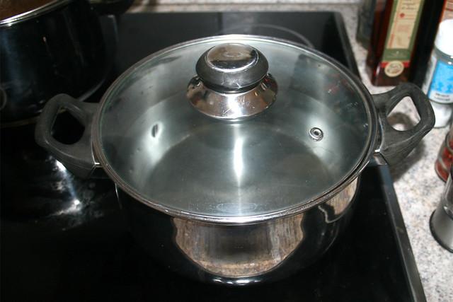 34 - Bring pot with water to a boil / Topf mit Wasser aufsetzen