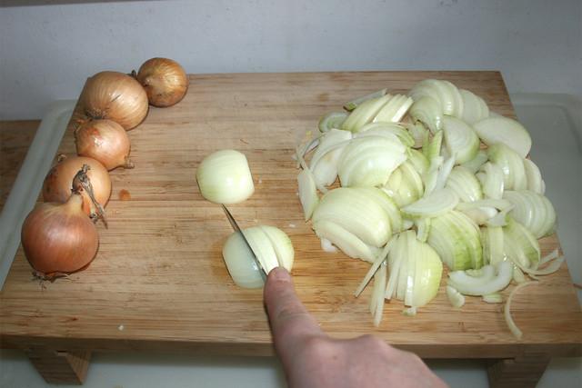 01 - Cut onions in stripes / Zwiebeln in Streifen schneiden
