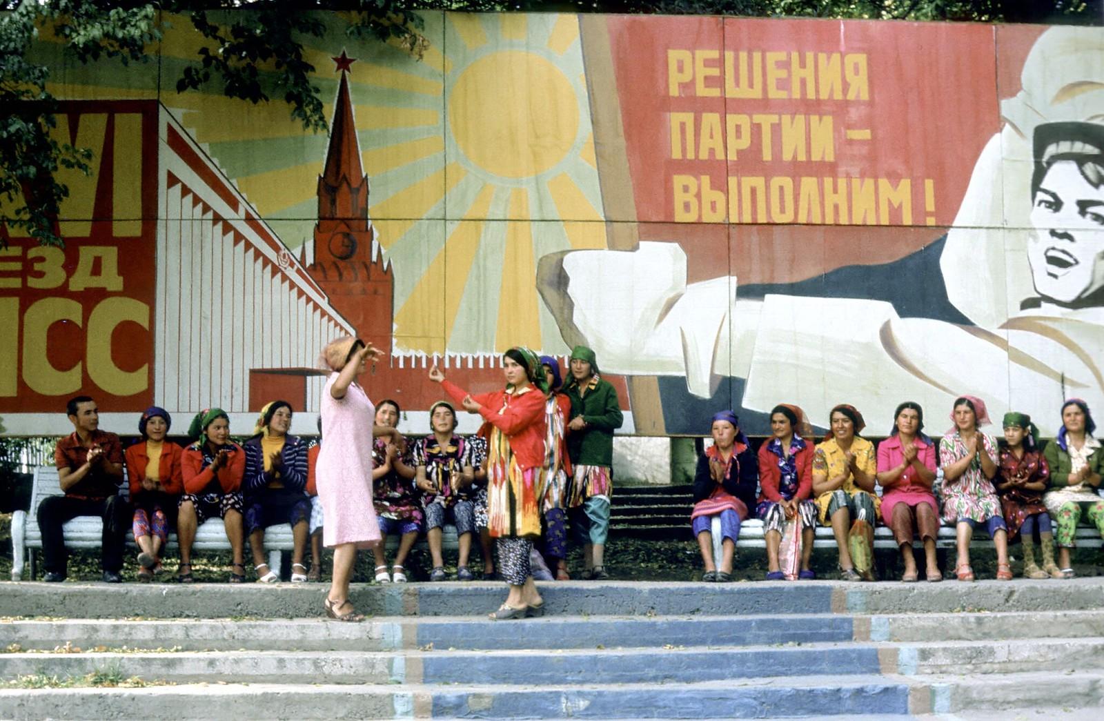 09. 1982. Танцующие женщины перед пропагандистским плакатом в Ташкенте
