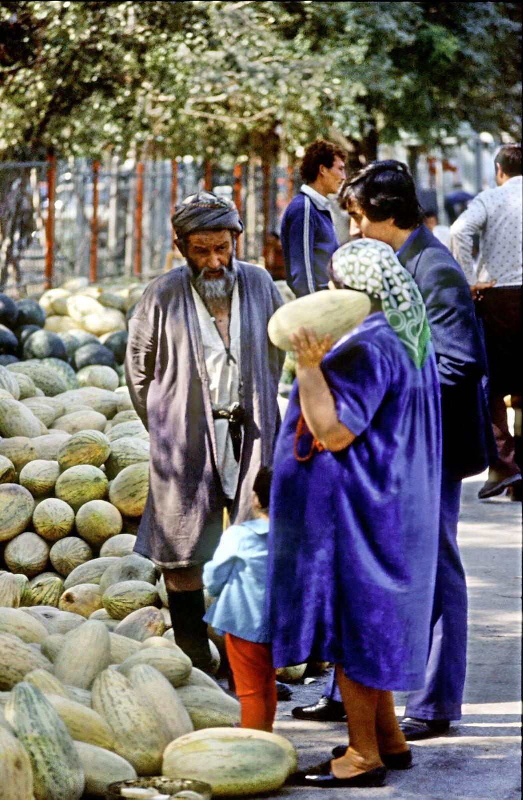 01. 1982. Продавец дынь в Алма-Ате