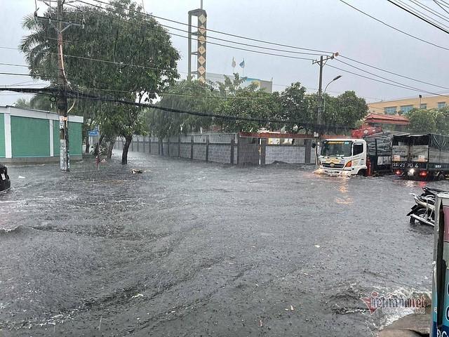 Ngập lụt là nỗi ám ảnh của người Sài gòn lại bắt đầu