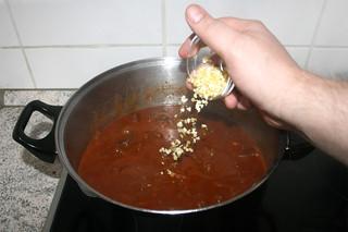 32 - Add garlic & lemon peel / Knoblauch & Zitronenschale hinzu geben