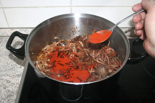 17 - Add sweet paprika / Süßes Paprika einstreuen