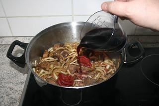 15 - deglaze with dry red wine / Mit trockenem Rotwein ablöschen