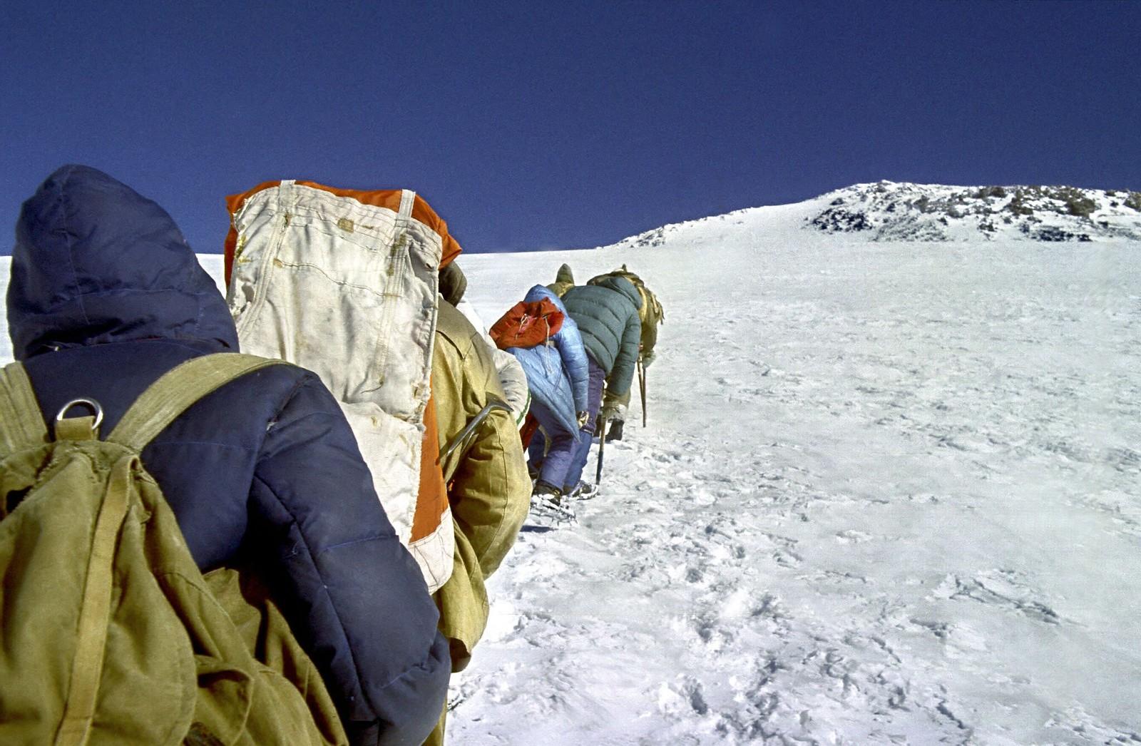 14. 1983. Студенты поднимаются на Эльбрус