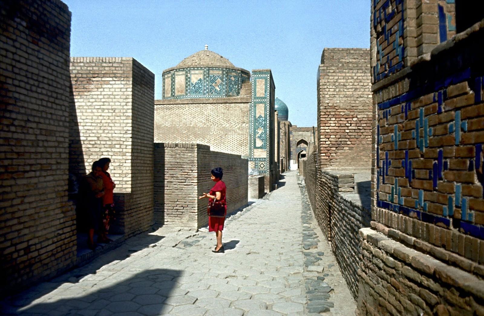10. 1982. Женщины в переулках мемориального комплекса Шахи-Зинда. Самарканд