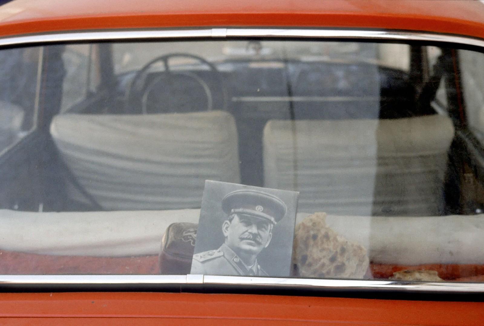08. 1982. Портрет Сталина в машине в Ташкенте