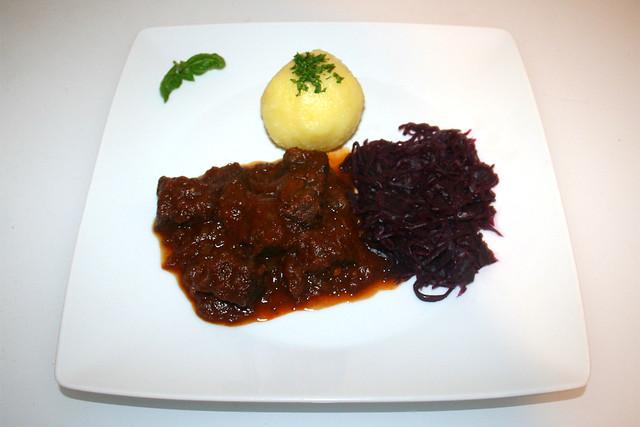 44 - Tender beef goulash with red cabbage & dumpling - Served / Zartes Rindergulasch mit Rotkraut & Knödel - Serviert