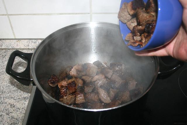 11 - Put all beef back in pot / Alles Fleisch zurück in Topf geben