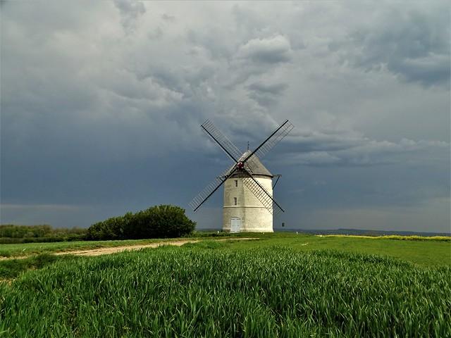 Le moulin Lebriez de Mentque-Nortbécourt après l'orage.