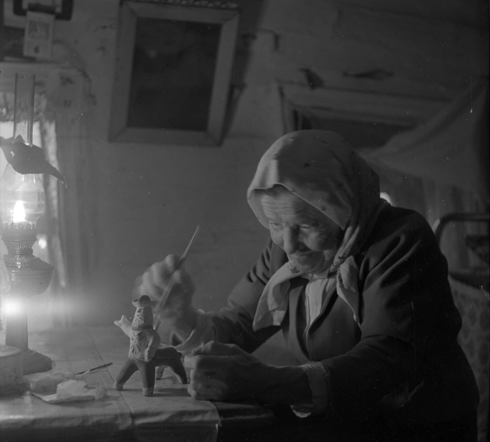 1969. Девяностолетняя старейшая на Каргопольщине потомственная мастерица каргопольских расписных глиняных игрушек Ульяна Бабкина