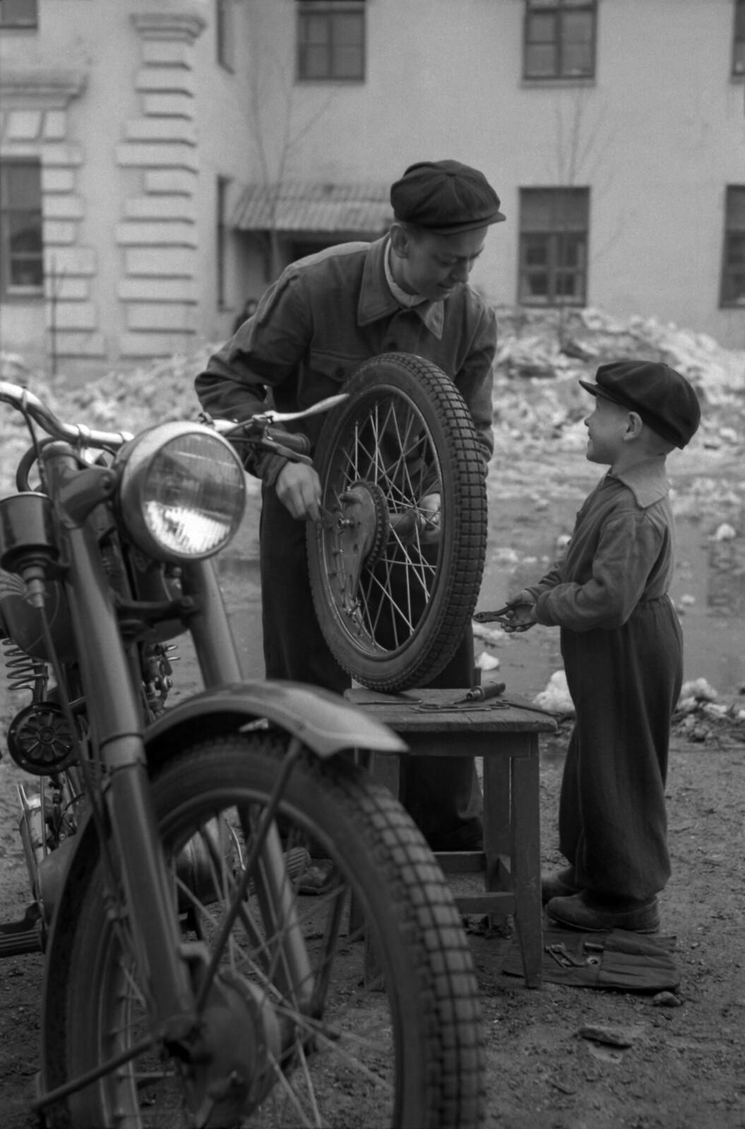 1956. «Вам помочь».  Иваново