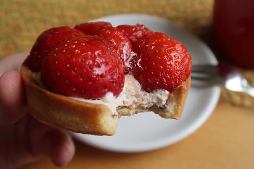 Erdbeertörtchen (angebissen)