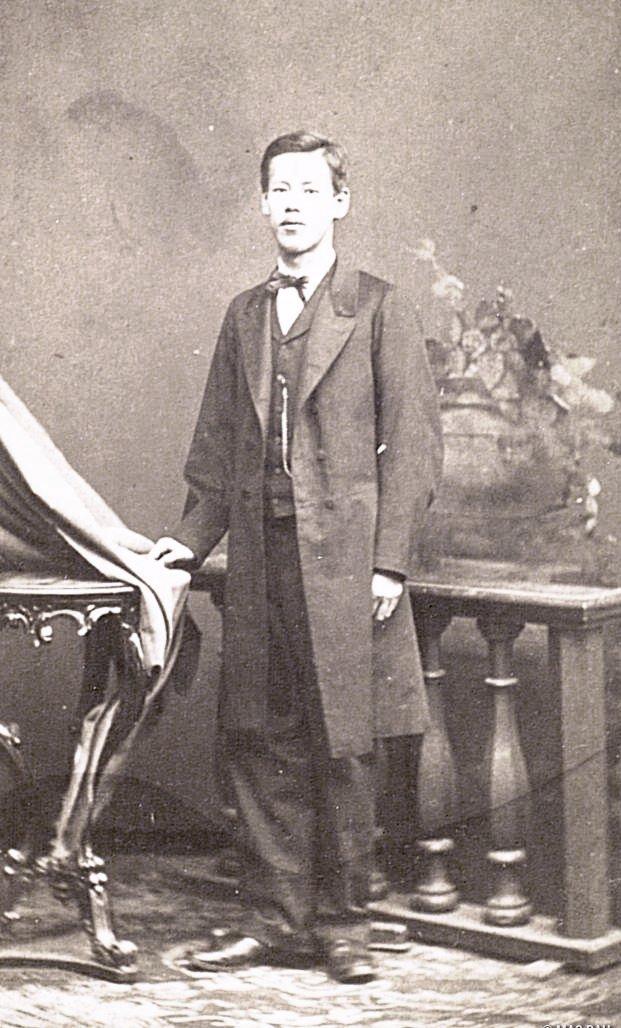 Портрет Огато Дзёдзиро в европейском костюме