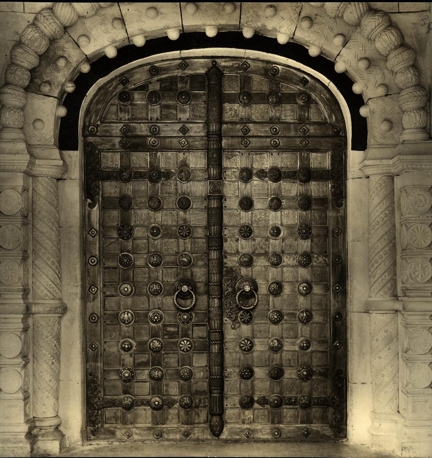 1914.  Входные двери в нижний храм