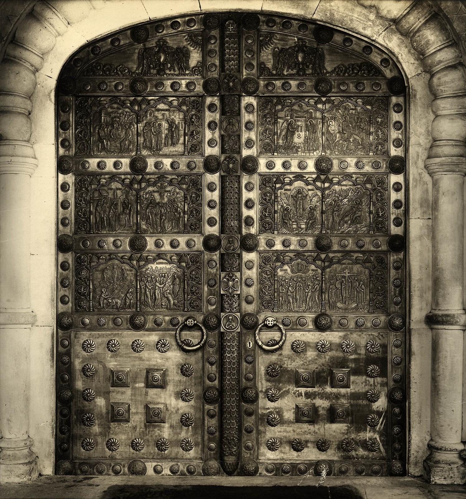 1914.  Входные двери в верхний храм